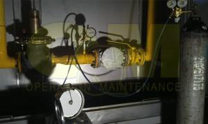 Έλεγχος δοκιμής στεγανότητας με άζωτο, δικτύου χαλυβδοσωλήνα πίεσης 1,0 bar.  Φάση πλήρωσης του δικτύου με άζωτο. Διακρίνεται το καταγραφικό πίεσης με τη βοήθεια του οποίου θα ελεγχθεί η στεγανότητα ή μη του δικτύου σε διάστημα 24 ωρών.