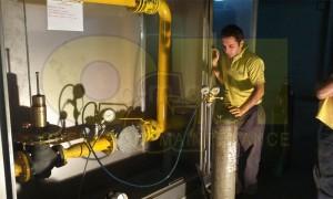 Τεχνικός της εταιρείας μας πριν κατέλθει σε υπόγειο φρεάτιο διέλευσης χαλύβδινου δικτύου φυσικού αερίου πίεσης 4 bar.  Έχει προηγηθεί εξαερισμός του φρεατίου με τη βοήθεια μοτέρ εξαερισμού. Η λήψη όλων των μέτρων ατομικής προστασίας είναι πολύ σημαντική για την ασφάλεια του προσωπικού.