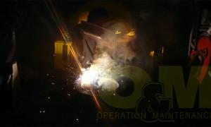 Ηλεκτροσυγκολλητής της εταιρείας μας κατά την κατασκευή νέου φλογοσωλήνα καυστήρα από πυρίμαχη ανοξείδωτη λαμαρίνα.